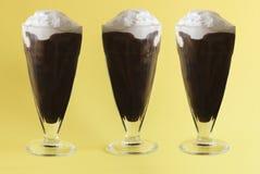 Poner crema tres helado con aguanieve del café Fotos de archivo