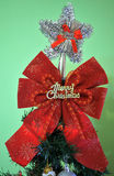 Poner decoraciones del ` s del Año Nuevo en el árbol Fotos de archivo