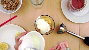 Poner el queso sobre manzanas en la licuadora para un smoothie sano y nutritivo metrajes