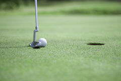 Poner la pelota de golf Fotos de archivo