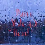Poner letras al estado lluvioso del corazón en el vidrio de la ventana stock de ilustración