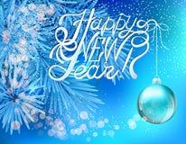 Poner letras a Feliz Año Nuevo y a la bola de Navidad en fondo de la rama de árbol de navidad Tarjeta de felicitación del vector  Fotografía de archivo