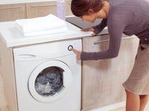 Poner un paño en la lavadora Foto de archivo libre de regalías