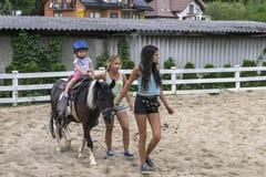 Poney d'équitation d'enfant Photographie stock