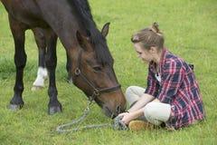 Poney de fille et d'animal familier Photo stock
