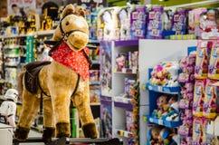 Poney de peluche attendant pour être pris à la maison pour Noël Images libres de droits