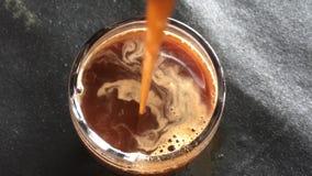 Ponga el café en una taza