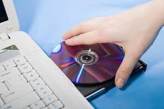 Ponga el DVD Foto de archivo