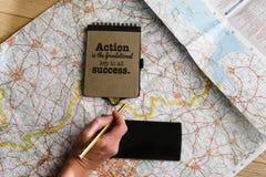 Ponga el plano de la mano de la mujer con el lápiz en el mapa, cuaderno con el motivat Imágenes de archivo libres de regalías