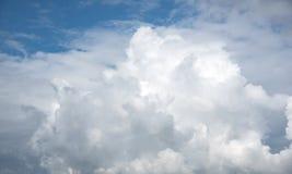 Ponga en contraste el cielo nublado dramático fotos de archivo libres de regalías