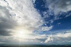 Ponga en contraste el cielo nublado dram?tico fotografía de archivo