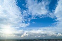 Ponga en contraste el cielo nublado dram?tico fotos de archivo