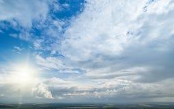 Ponga en contraste el cielo nublado dram?tico imágenes de archivo libres de regalías