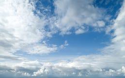 Ponga en contraste el cielo nublado dram?tico imagenes de archivo