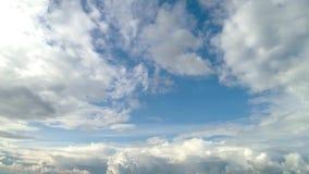 Ponga en contraste el cielo nublado dram?tico almacen de metraje de vídeo