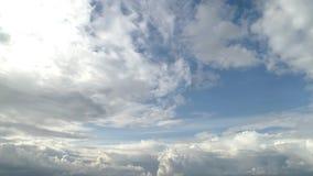 Ponga en contraste el cielo nublado dram?tico metrajes
