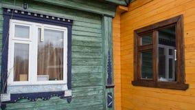 Ponga en contraste entre las casas de madera de la vieja y nueva estructura Foto de archivo libre de regalías