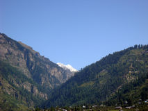Ponga en contraste la vista de colinas verdes enormes y del cielo azul Imagen de archivo libre de regalías