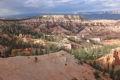 Ponga en contraste las chimeneas de hadas rojizas Bryce Canyon del punto de la inspiración foto de archivo libre de regalías