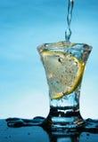 Ponga en cortocircuito el vidrio con la rebanada del limón Fotos de archivo libres de regalías