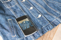 ponga en marcha el teléfono móvil del pequeño uso del propietario de negocio para tomar la foto de Fotografía de archivo