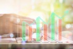 Ponga en un índice el gráfico del análisis financiero del indicador del mercado de acción en el LED Imágenes de archivo libres de regalías