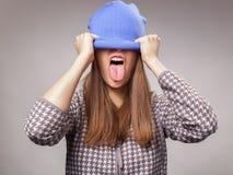 Ponga hacia fuera la lengua de la muchacha Foto de archivo