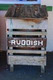 Ponga la basura en los suburbios Imagenes de archivo