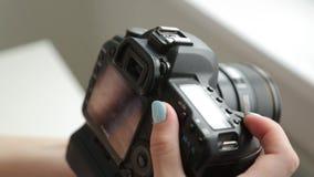 Ponga la cámara antes del tiroteo de la foto y del vídeo almacen de metraje de vídeo