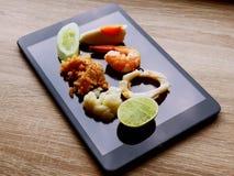 Ponga la comida de Tailandia en la tableta fotografía de archivo libre de regalías