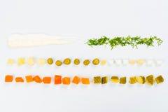 Ponga la comida en la tabla Imagen de archivo