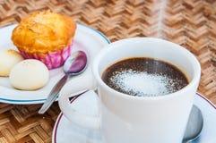 Ponga la desnatadora del café en el suelo Imagen de archivo libre de regalías