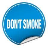 ponga la etiqueta engomada azul redonda del humo del ` t stock de ilustración