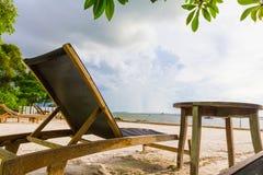 Ponga la tavola di legno e della spiaggia sotto l'albero e sulla spiaggia Immagine Stock Libera da Diritti