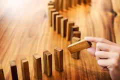 Ponga las líneas de un bloque de madera hombre de negocios que soluciona un problema imagen de archivo