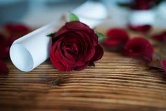 Ponga letras con subió para el día de tarjetas del día de San Valentín Foto de archivo