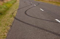 Ponga un neumático las marcas de resbalón en el camino rural, Gisborne, Nueva Zelanda imagen de archivo libre de regalías