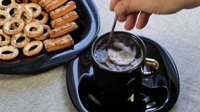Ponga una taza de café en la tabla Hay una placa con las galletas hechas en casa en la tabla almacen de metraje de vídeo