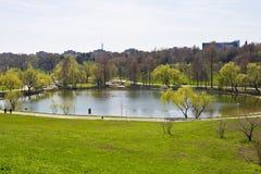 Ponga verde el ambiente en el parque de Tineretului Imagen de archivo libre de regalías