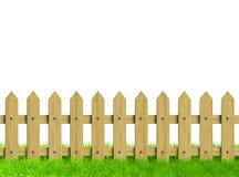 Ponga verde el campo y la cerca de madera Imagenes de archivo