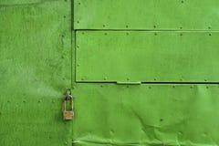 Ponga verde el fondo de aluminio pintado de la hoja con los remaches y la cerradura Imágenes de archivo libres de regalías