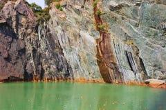 Ponga verde el lago de cobre coloreado en Visnes, Noruega foto de archivo