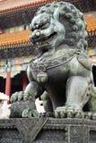 Ponga verde el león y la estatua de la bola fotos de archivo libres de regalías