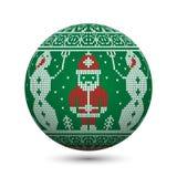 Ponga verde la bola hecha punto de la Navidad aislada en el fondo blanco con Santa Claus y el muñeco de nieve en el ornamento nór Foto de archivo