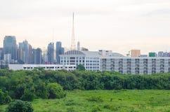 Ponga verde la ciudad Fotos de archivo libres de regalías