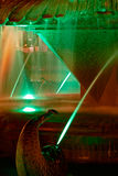 Ponga verde la fuente iluminada en la ópera de la plaza en Timisoara 1 Imagen de archivo
