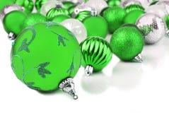 Ponga verde las chucherías del ornamento de la Navidad en blanco fotografía de archivo
