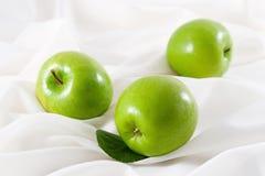 Ponga verde las manzanas Imágenes de archivo libres de regalías