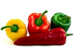 Ponga verde las pimientas frescas rojas y amarillas Fotografía de archivo