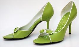 Ponga verde los altos talones Imagen de archivo